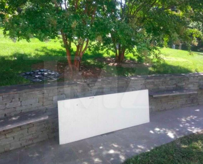 Image: Pop Smoke's Gravesite Reportedly Vandalized in Brooklyn Cemetery Image #3