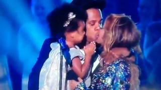 Beyonce Rules VMAs & Kisses Jay Z & Blue on Stage, Fans React